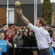 Le prince Harry participe à des activités au village des XXe Jeux du Commonwealth à Glasgow, le 29 juillet 2014.