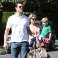 Ali Larter et son mari Hayes MacArthur emmènent leur fils Theodore chez un ami à Brentwood, le 6 octobre 2013.