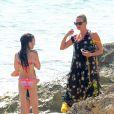 Kate Moss, en vacances avec sa fille Lila Grace et son mari Jamie Hince à Formentera. Le 12 août 2014.