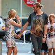 Chloë Grace Moretz tient la main de son frère Trevor Duke Moretz alors qu'elle se rend à la première de son film Si je reste à New York, le 18 août 2014