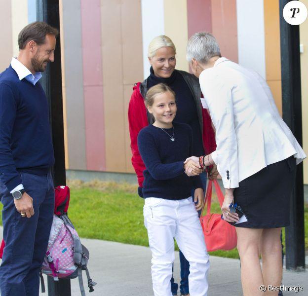 La princesse Ingrid Alexandra de Norvège, accueillie par la directrice, a fait sa rentrée scolaire à l'Oslo International School le 19 août 2014. La fillette de 10 ans était accompagnée par son père le prince Haakon, sa mère la princesse Mette-Marit (qui fêtait ses 41 ans le même jour), sa grand-mère Marit Tjessem et son frère le prince Sverre Magnus, qui rentrait le même jour à l'Oslo Montessori School, également un établissement privé.