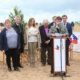 """Valérie Trierweiler, les partenaires du Secours Populaire et le maire de Ouistreham, Romain Bail, donnent une conférence de presse lors de la """"Journée des oubliés des vacances"""" sur la plage de Ouistreham, le 20 août 2014."""