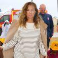"""Valérie Trierweiler a pris part, avec le Secours Populaire, à la """"Journée des oubliés des vacances"""" sur la plage de Ouistreham, le 20 août 2014."""
