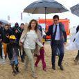"""Valérie Trierweiler a pris part, avec le Secours Populaire, à la """"Journée des oubliés des vacances"""" sur la plage de Ouistreham, le mercredi 20 août 2014."""