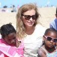 """Valérie Trierweiler participe aux activités avec les enfants sur la plage de Ouistreham lors de la """"Journée des oubliés des vacances"""", le 20 août 2014."""