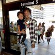 Wiz Khalifa et son fils Sebastian à l'aéroport LAX de Los Angeles le 21 août 2014.