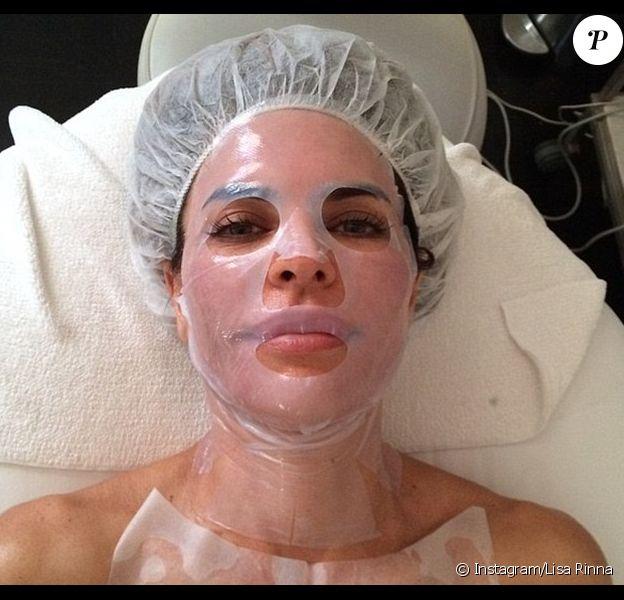 Obsédée par son visage, Lisa Rinna a partagé une photo sur Instagram d'elle avec un masque de soin, lundi 25 août 2014.