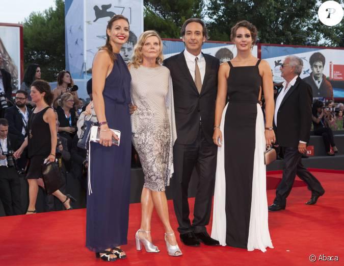 Alexandre desplat avec sa femme dominique et ses filles la premi re du film 3 coeurs lors du - Alexandre jardin et sa femme ...