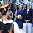 La princesse Charlene de Monaco, enceinte de six mois, et le prince Albert II de Monaco ont été accueillis par un groupe de danseuses folkloriques le 1er septembre 2014 lors de leur participation au traditionnel pique-nique des Monégasques, organisé au parc Princesse-Antoinette par la mairie.