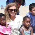 """L'ancienne première dame Valérie Trierweiler participe aux activités avec les enfants sur la plage de Ouistreham lors de la """"Journée des oubliés des vacances"""" organisé par le Secours populaire, le 20 août 2014."""