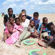 """Valérie Trierweiler participe aux activités avec les enfants sur la plage de Ouistreham lors de la """"Journée des oubliés des vacances"""" organisé par le Secours populaire, le 20 août 2014."""