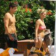 Exclusif - Caroline Receveur et son fiancé Valentin Lucas : une pause à la piscine de leur hôtel à Miami, le 5 juin 2014