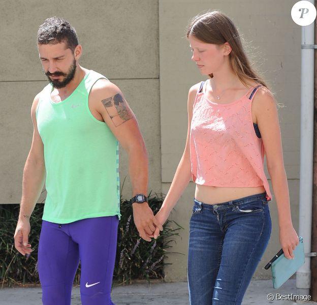 Shia LaBeouf (looké fluo pour faire du sport !) et sa petite amie Mia Goth prenant leur petit déjeuner à Los Angeles le 6 septembre 2014.