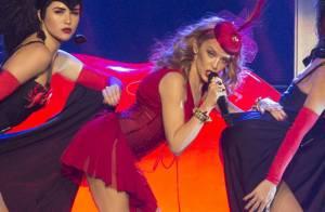 Kylie Minogue - Kiss Me Once Tour : Tenues sexy et hommage à son grand amour