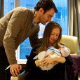 Chelsea Clinton pose avec son mari Marc et leur fille Charlotte, le 27 septembre 2014