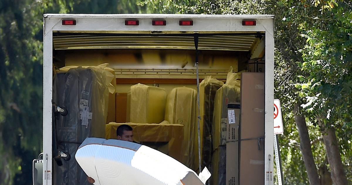 Des camions de d m nagement devant la maison de gwyneth for La maison du matelas