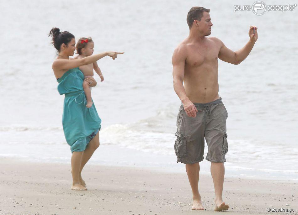 Exclusif - Channing Tatum avec sa femme Jenna Dewan et leur fille Everly se détendent sur une plage à Savannah en Georgie le 28 septembre 2014.