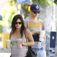 Rachel Bilson enceinte et son petit-ami Hayden Christensen achètent des smoothies à West Hollywood, le 6 octobre 2014.