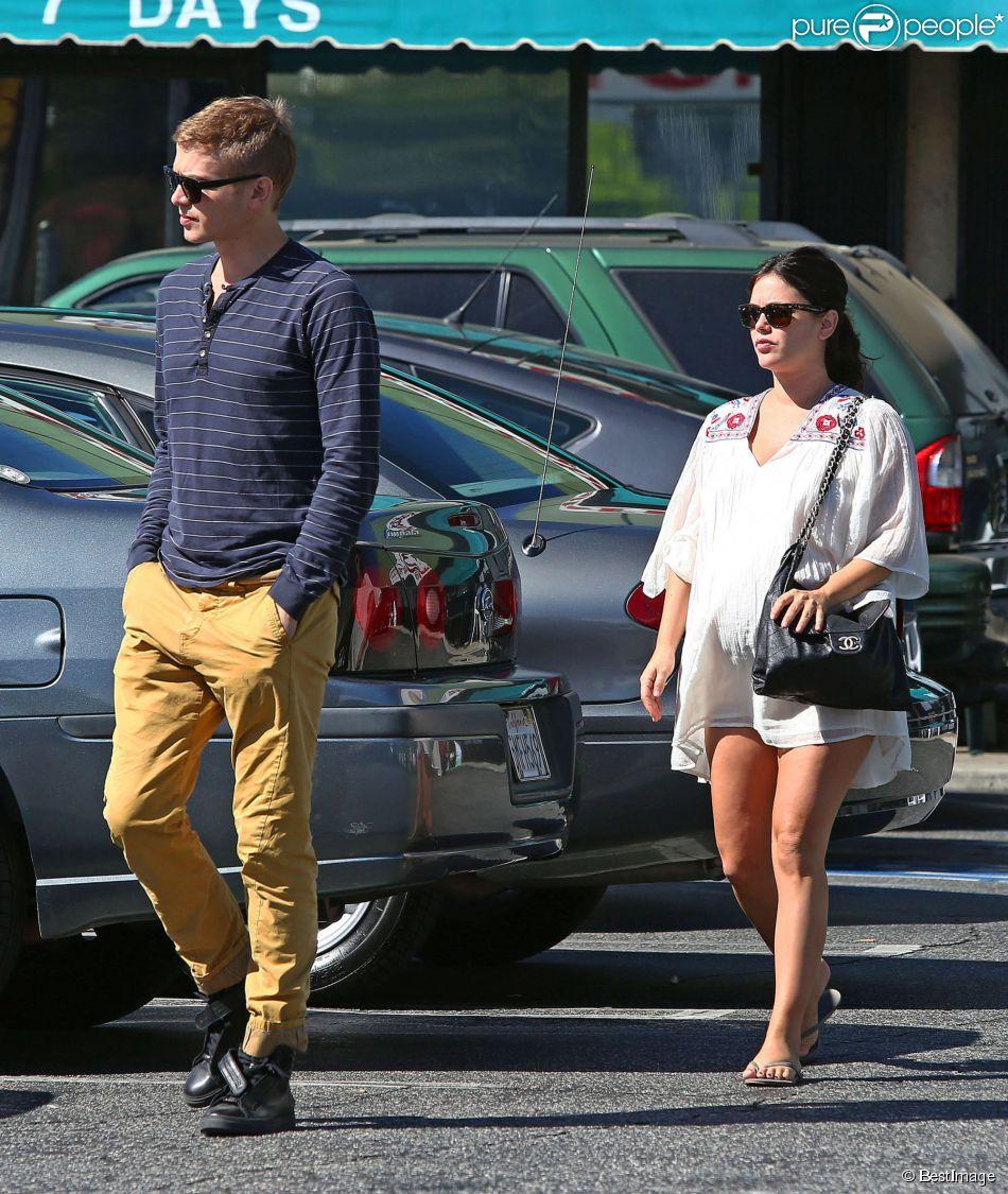 Rachel Bilson, enceinte, et son compagnon Hayden Christensen sont allés prendre le petit déjeuner chez Nat's Early Bite, un coffee shop de Sherman Oaks, leur quartier de Los Angeles, le 7 octobre 2014.
