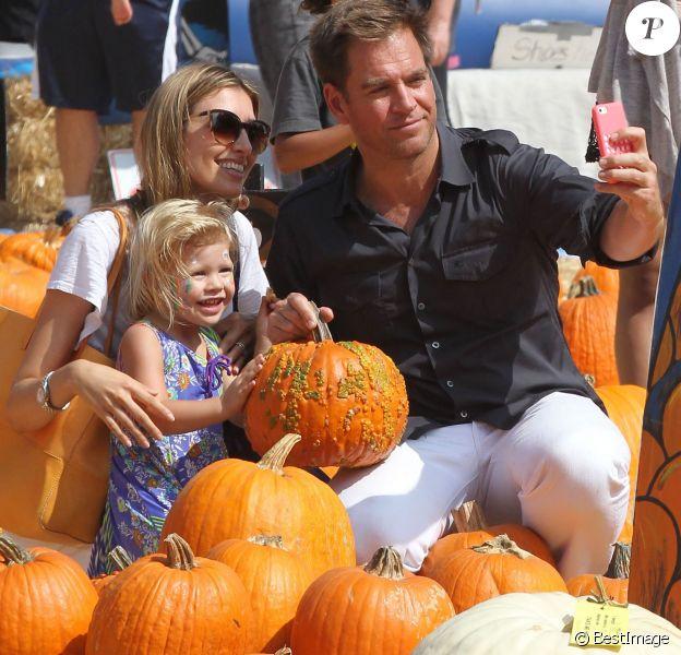 Michael Weatherly, accompagné de sa femme Bojana et leur fille Olivia ont fait leurs emplettes chez Mr. Bones Pumpkin Patch à West Hollywood, le 12 octobre 2014 pour préparer Halloween