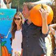 Michael Weatherly, accompagné de sa femme Bojana et leur fille Olivia ont fait leurs emplettes chez Mr. Bones Pumpkin Patch à West Hollywood, le 12 octobre 2014 et ont acheté une énorme citrouille