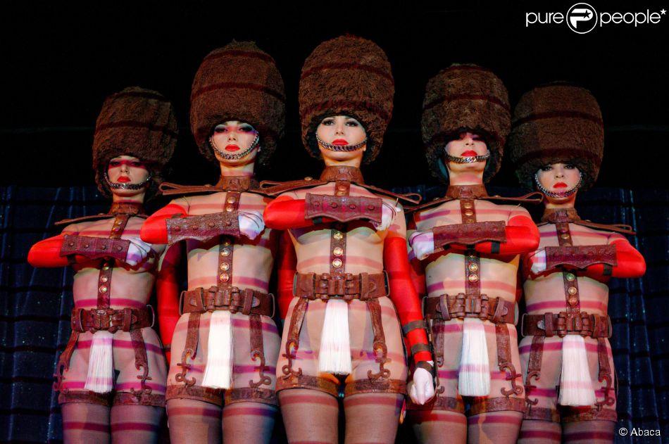 Le 9 octobre 2014 sur la scu0026egrave;ne de leur cabaret les danseuses  sc 1 st  Purepeople & Crazy Horse : Ses ines danseuses au goût chocolaté au garde à ...