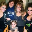 Jenni Rivera entourée, entre autres, de sa fille Chiquis. Photo postée le 13 mai 2014.