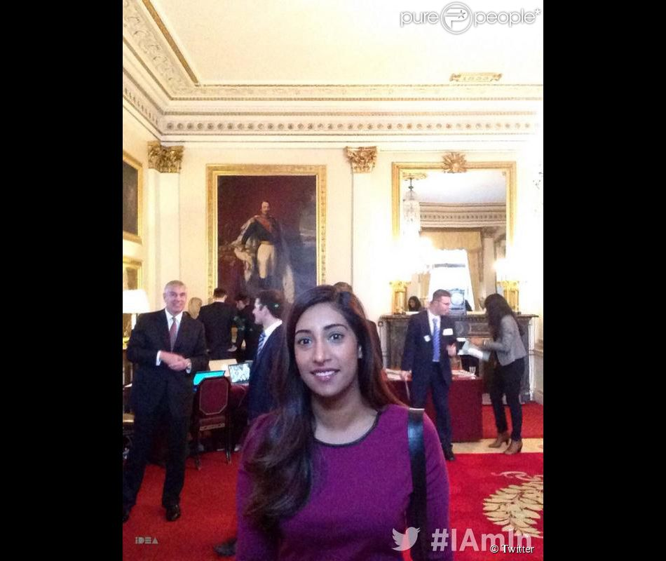 Andrew d'York en mode photobomb ! Tina Daheley, de BBC Radio 1, a rencontré le prince Andrew, duc d'York, pour l'émission  Newsbeat  afin de parler de son projet Idea Award