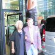 L'actrice Lynda Bellingham signe des autographes et prend la pose aux côtés de son mari. Octobre 2014. A 66 ans, la comédienne a avoué être mourante et ne pas souhaiter poursuivre ses traitements.