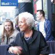 L'actrice Lynda Bellingham signe des autographes. Octobre 2014. A 66 ans, la comédienne a avoué être mourante et ne pas souhaiter poursuivre ses traitements.