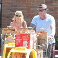 """Tori Spelling fait du shopping avec son mari Dean McDermott et leurs enfants Liam, Stella et Hattie à """"Ralphs"""" à Malibu, le 23 août 2014."""