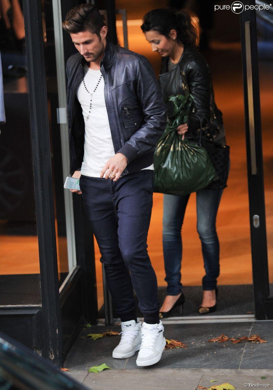 Exclusif , Olivier Giroud et sa femme Jennifer font du shopping dans les  rues de Hampstead
