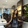Gyselle Soares essayant sa robe pour le Salon du chocolat, le 22 octobre 2014 à Paris. Une robe réalisée par Les fées pâtissières.