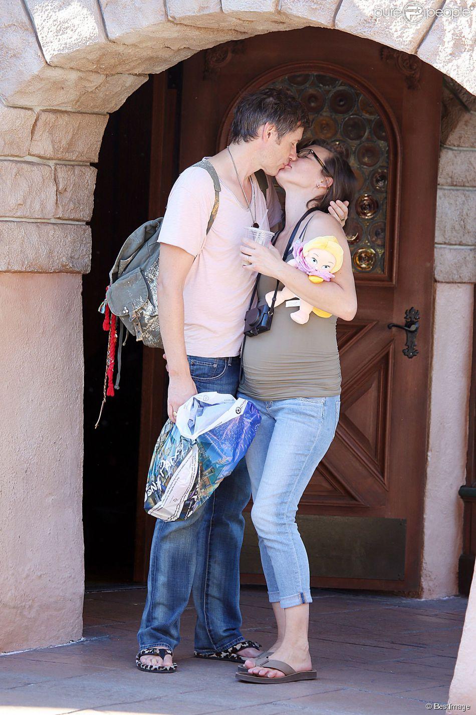 Milla Jovovich enceinte, folle amoureuse de son mari Paul W. S. Anderson lors d'une virée à Disneyland à Anaheim en Californie le 23 octobre 2014.