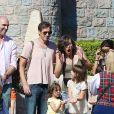 Milla Jovovich enceinte, son mari Paul W. S. Anderson et leur fille Ever Gabo s'amusent à Disneyland à Anaheim en Californie le 23 octobre 2014.