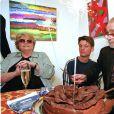 Serge Reggiani entouré de son épouse Noëlle Adam et de son petit-fils Damien, lors de ses 80 ans à l'espace d'art Marionnaud à Paris, le 17 mai 2002
