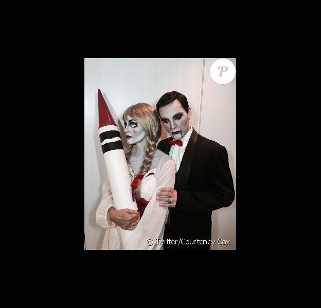 Courteney Cox et son fiancé Johnny McDaid déguisés en poupées inquiétantes pour Halloween, le 31 octobre 2014.