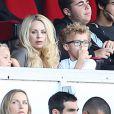 Helena Seger avec ses enfants Maximillian et Vincent lors du match entre le PSG et Bastia le 16 août 2014 au Parc des Princes à Paris