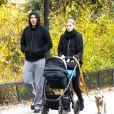 David Walliams et sa femme Lara Stone promènent leur fils à Londres. Le 3 décembre 2013.