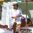 Exclusif - Eva Longoria, sexy en chemisier blanc et bikini jaune sur une plage de Miami. Le 7 novembre 2014.