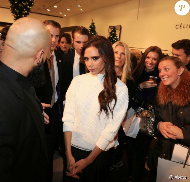 Victoria Beckham fière de présenter sa dernière collection dans le grand magasin Selfridges à Manchester le 19 novembre 2014.