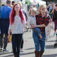 Reese Witherspoon avec sa fille Ava Phillippe (les cheveux teints en rose fuchsia), son mari Jim Toth et leur fils Tennessee au Farmer's Market à Los Angeles, le 23 novembre 2014.