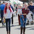 Reese Witherspoon, sa fille Ava Phillippe (les cheveux teints en rose fuchsia), son mari Jim Toth et leur fils Tennessee au Farmer's Market à Los Angeles, le 23 novembre 2014.