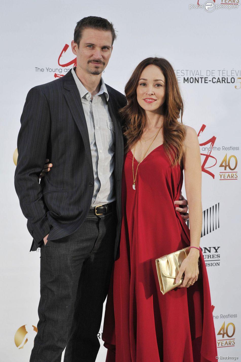 Autumn Reeser, enceinte, et son mari Jesse Warren pendant la soirée de célébration des 40 ans de la série 'Les Feux de l'Amour', le 10 juin 2013 au Monte Carlo Bay Hotel à Monaco, dans le cadre du 53e Festival de Télévision de Monte Carlo.