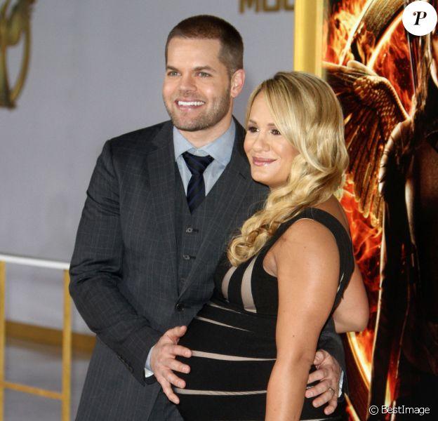 """Jenn Brown enceinte et son mari Wes Chatham - Avant-première du film """"The Hunger Games - Mockingjay : Part 1"""" (Hunger Games : La Révolte, partie 1) au Nokia Theatre à Los Angeles, le 17 novembre 2014."""