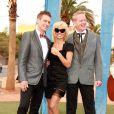"""Pamela Anderson assiste au mariage de Dan Mathews et Jack Ryan à Las Vegas. Elle pose avec les jeunes mariés et la chanteuse et guitariste américaine Chrissie Hynde du groupe """"Pretenders"""" sous le panneau publicitaire """"Welcome to Fabulous Las Vegas"""". Le 27 novembre 2014."""