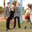 """Pamela Anderson au mariage de Dan Mathews (vice-président de la PETA) et Jack Ryan à Las Vegas. Elle pose avec les jeunes mariés et la chanteuse et guitariste américaine Chrissie Hynde du groupe """"Pretenders"""" sous le panneau publicitaire """"Welcome to Fabulous Las Vegas"""". Le 27 novembre 2014."""