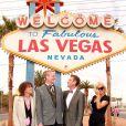 """Pamela Anderson au mariage de Dan Mathews et Jack Ryan à Las Vegas. Elle pose avec les jeunes mariés et la chanteuse et guitariste américaine Chrissie Hynde du groupe """"Pretenders"""" sous le panneau publicitaire """"Welcome to Fabulous Las Vegas"""". Le 27 novembre 2014."""