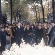 Madeleine, sa fille Laura Truffaut, Catherine Deneuve parmi la foule lors de l'enterrement de François Truffaut au cimetière de Montmartre à Paris le 28 octobre 1984.