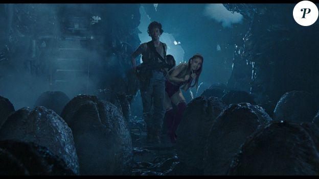 Ariana Grande se cache derrière Sigourney Weaver.